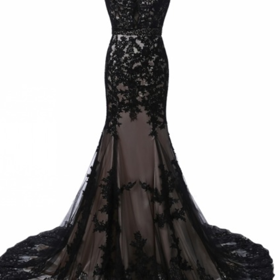 The elegant black lace dress mermaid has a gown worn by a woman in a formal PROM evening gown