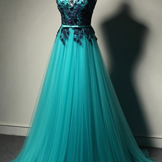 A formal evening dress for a woman in a formal evening gown and a formal evening gown