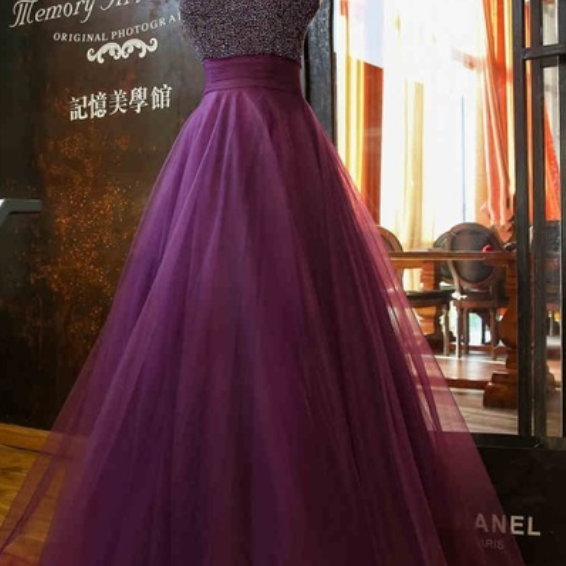 The tulle gown of violet night highlights the woman of the evening dress of the feminine elegant formal dress ball of the hairline